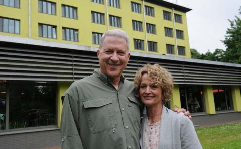 Richard Norby en zijn vrouw voor het AZ Jan Portaels